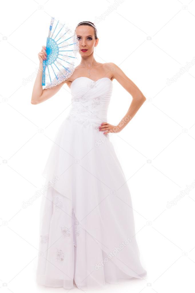 Novia de cuerpo entero en vestido de novia tiene ventilador aislado ...