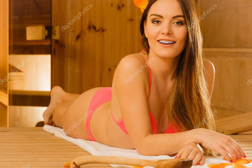 Spa wellness frau  Frau in der Sauna entspannen. Spa Wellness — Stockfoto © Voyagerix ...
