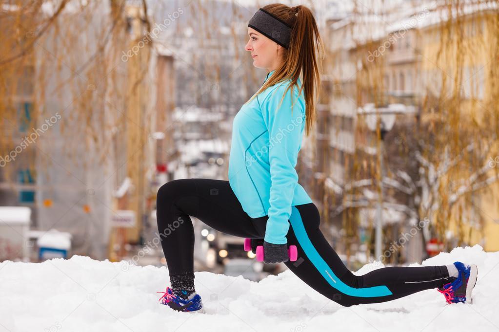 48e83098971 Modèle de sport femme fitness en plein air par temps froid de l hiver–  images de stock libres de droits