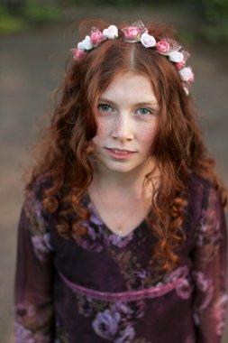 Çiçek çelenk güzel kıvırcık genç kız