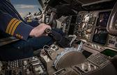 Cockpit eines Flugzeugs während des Fluges