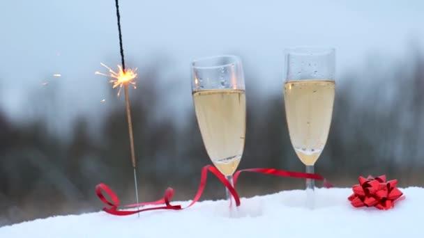 Két pohár pezsgővel és csillagszóróval.