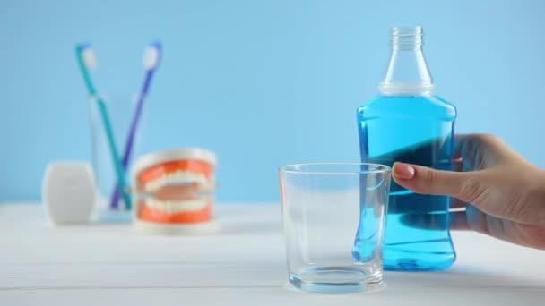 ústní voda na stole ve sklenici. Perorální podání