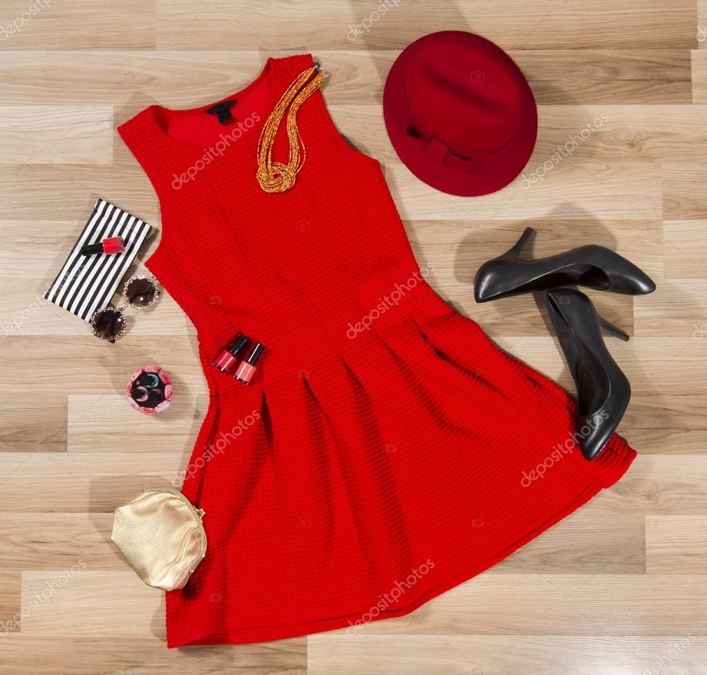 ff723140bbb9 Κόκκινο φόρεμα και αξεσουάρ που διοργανώνονται στο πάτωμα ...