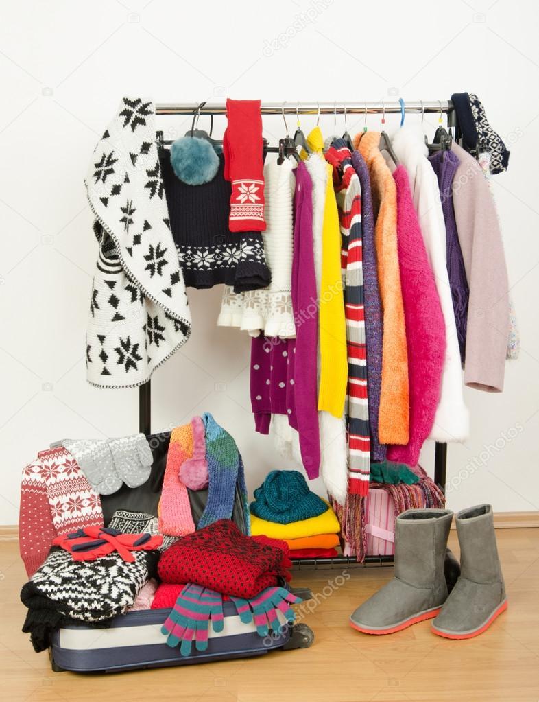 Packen Den Koffer Fur Winterurlaub Schrank Mit Kleidung Die Gut