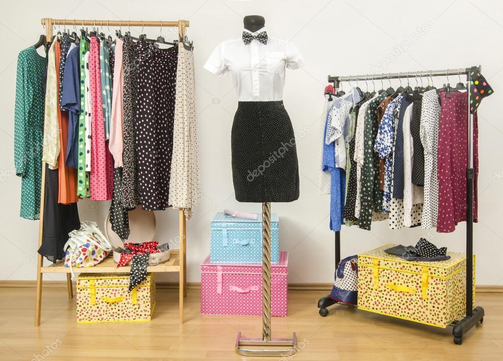 armario con lunares ropa vestir arreglado en perchas u fotos de stock