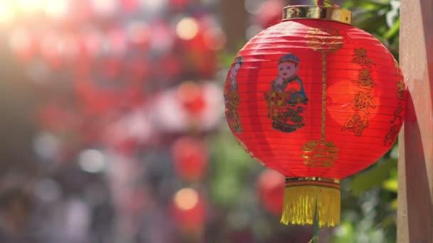 Chinesische Neujahrslaternen in Chinatown, Segenstext bedeutet Glück, Reichtum und Gesundheit.