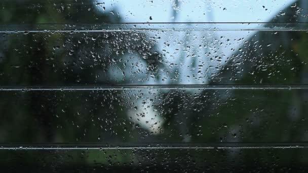 offene Lüftungsschlitze Glasfenster nach Regen