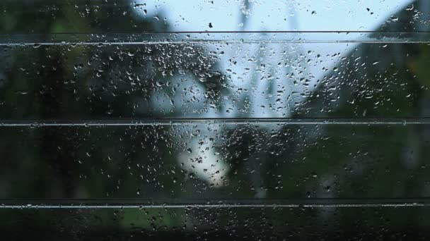 skleněné okno otevřené žaluzie po dešti