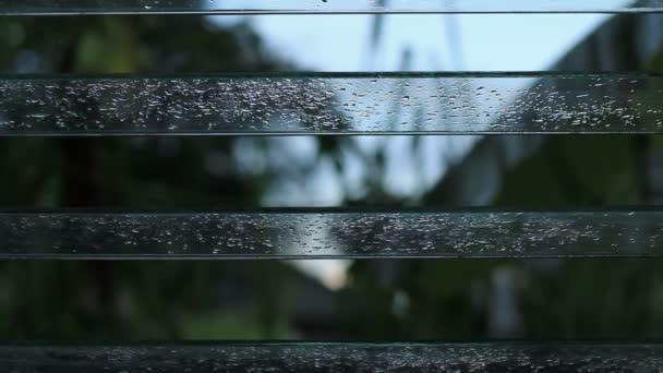 Zavřete okno žaluzie po dešti.