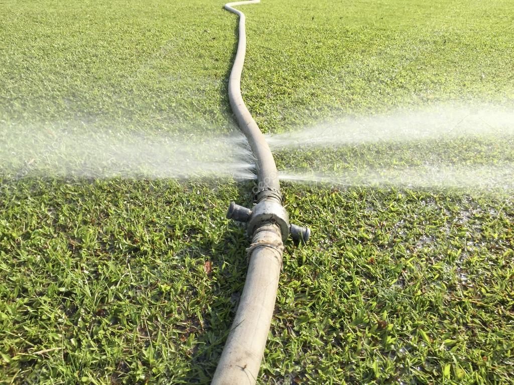 Gaspiller de l 39 eau fuite de trou dans un tuyau d 39 eau - Fuite d eau tuyau cuivre ...