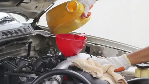 Automechanik, nalil nový olej do motoru