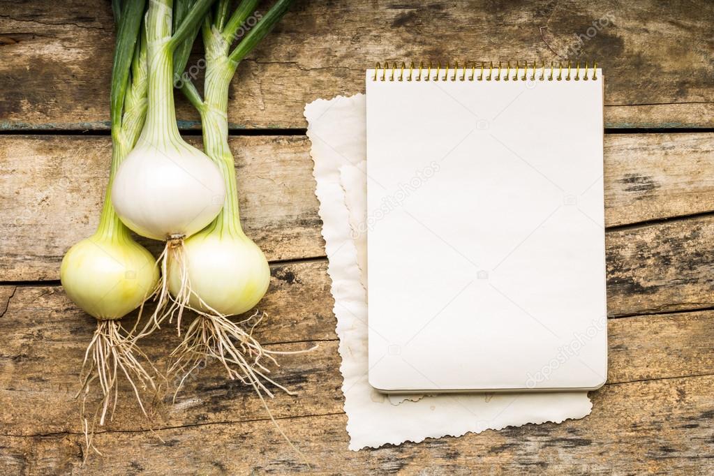 Arri re plan de menu l gumes sur la table avec le livre for Livre cuisine legumes