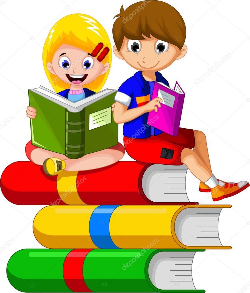 criança lendo livro enquanto sentado na pilha de livros outros