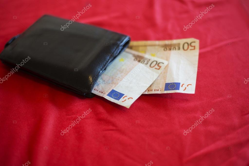 d8f788d50c πορτοφόλι με χ ευρώ στο κόκκινο κρεβάτι — Φωτογραφία Αρχείου ...