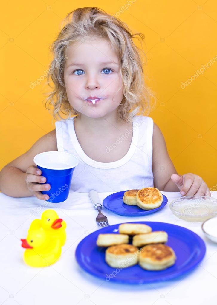 Девочка ест ватрушку картинка