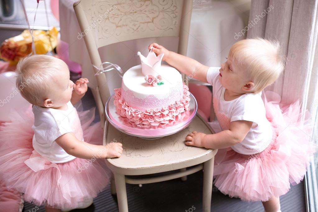 duas irms de beb menina gmeos idnticos bolo de aniversrio decorado ns u fotografia de
