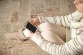 Žena v bílém s smartphone