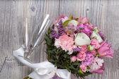 Valentýna květiny na dřevěné pozadí