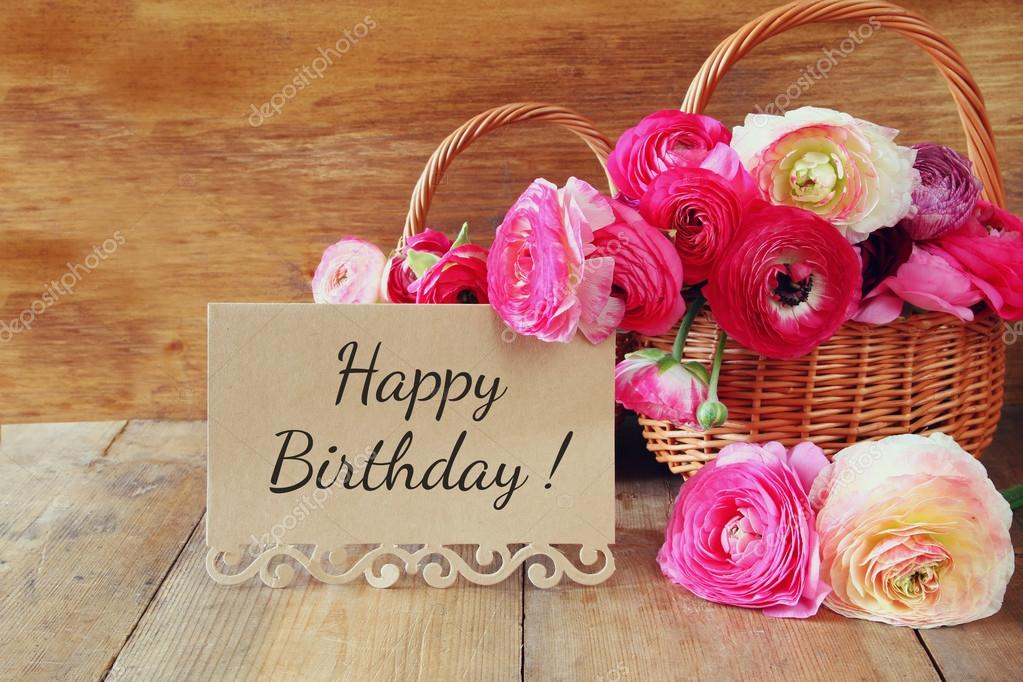 boldog születésnapot virág rózsaszín virágok a kosár mellett kártya mondat: boldog  boldog születésnapot virág