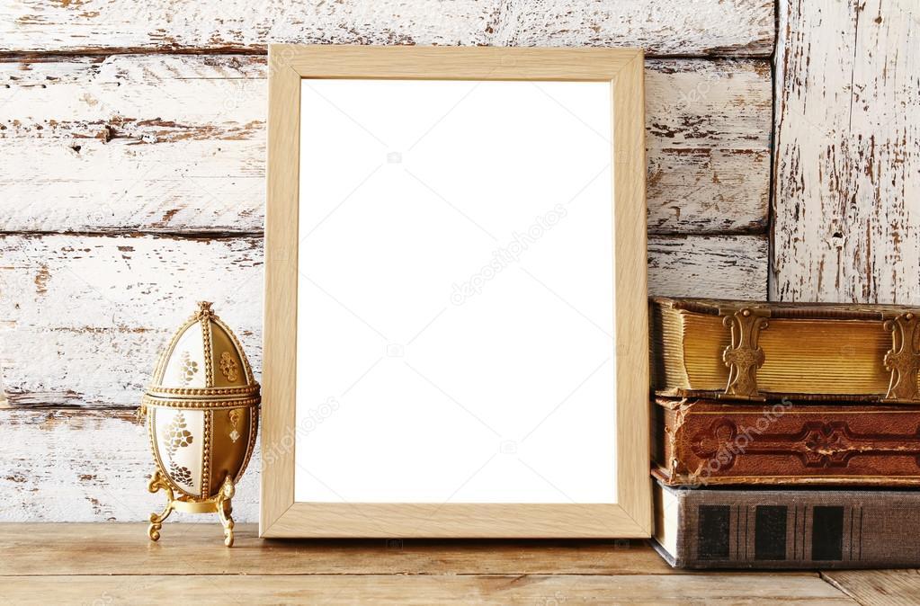 marco de madera en blanco, junto a libros antiguos. plantilla — Foto ...