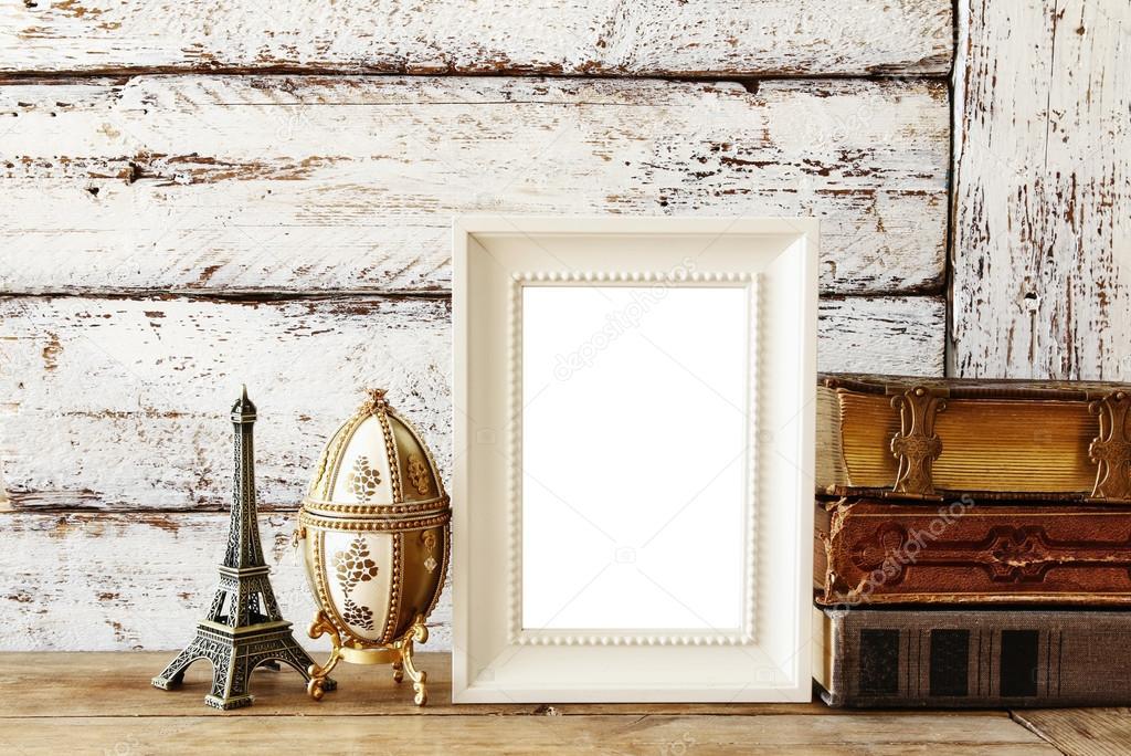 marco de madera en blanco, junto a libros antiguos. plantilla ...