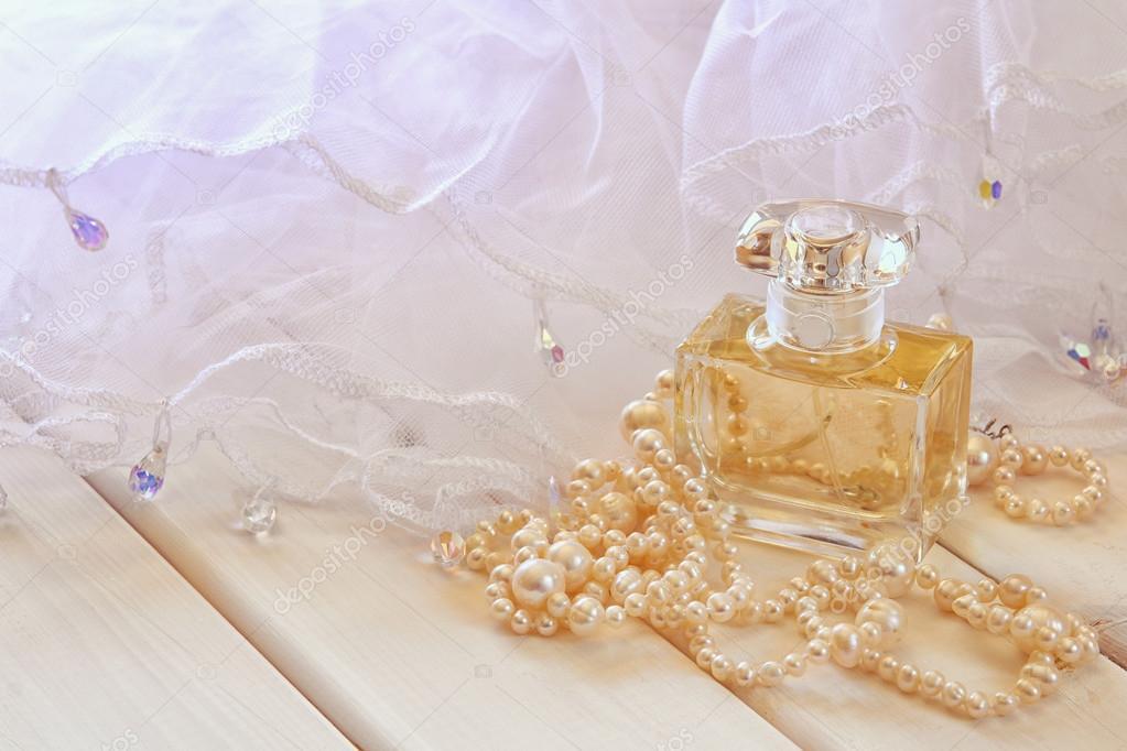 huge discount c4f56 52337 Foto da sogno della bottiglia di profumo e collana di perle ...