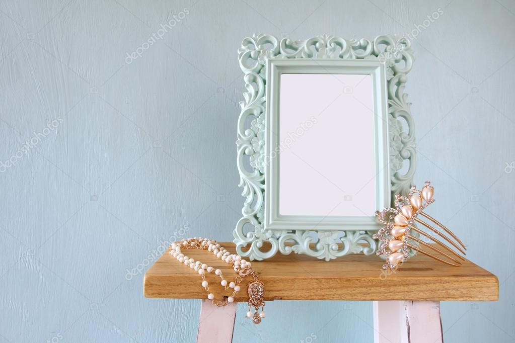 Leere viktorianischen Stil Frame, weiße Perlen Halskette und Haar ...