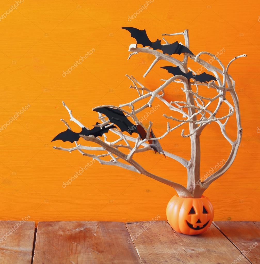 Halloween Ferienkonzept. Süße Kürbis Baum mit Fledermäusen ...