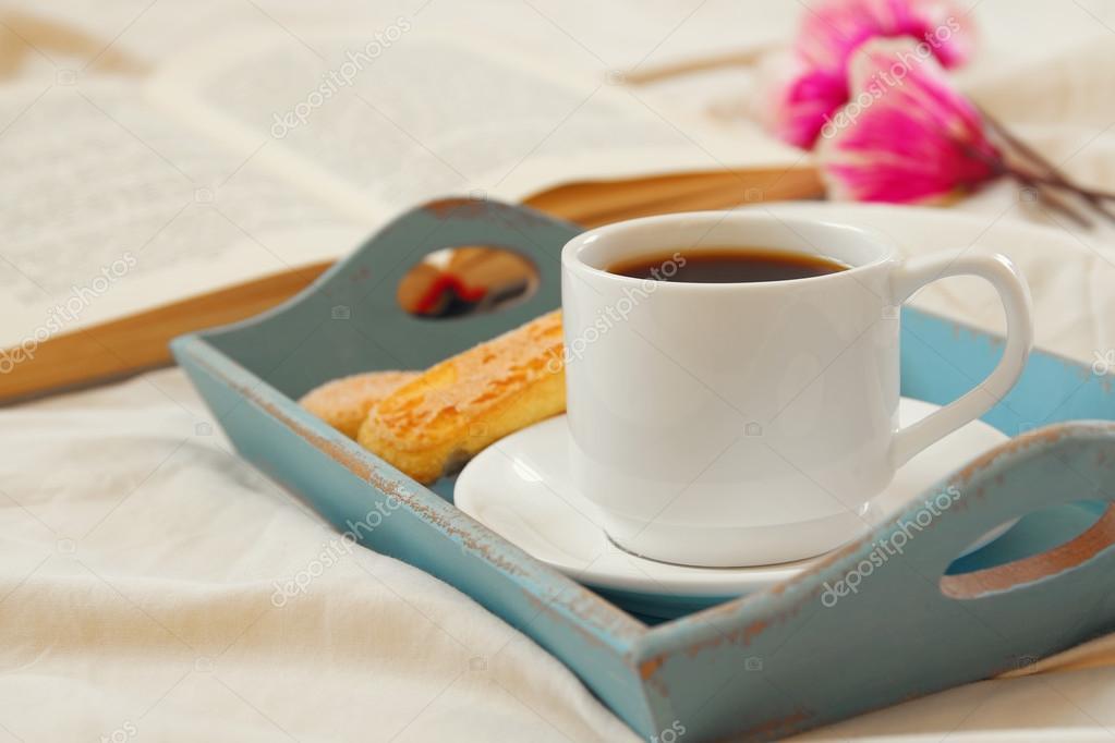 Colazione romantica a letto biscotti caff caldo fiori - Colazione a letto immagini ...
