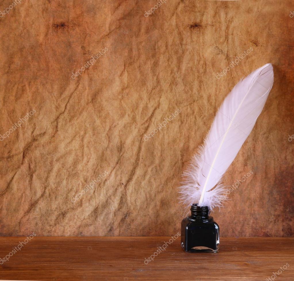 niedrige schl sselbild wei e feder und tintenfass auf. Black Bedroom Furniture Sets. Home Design Ideas