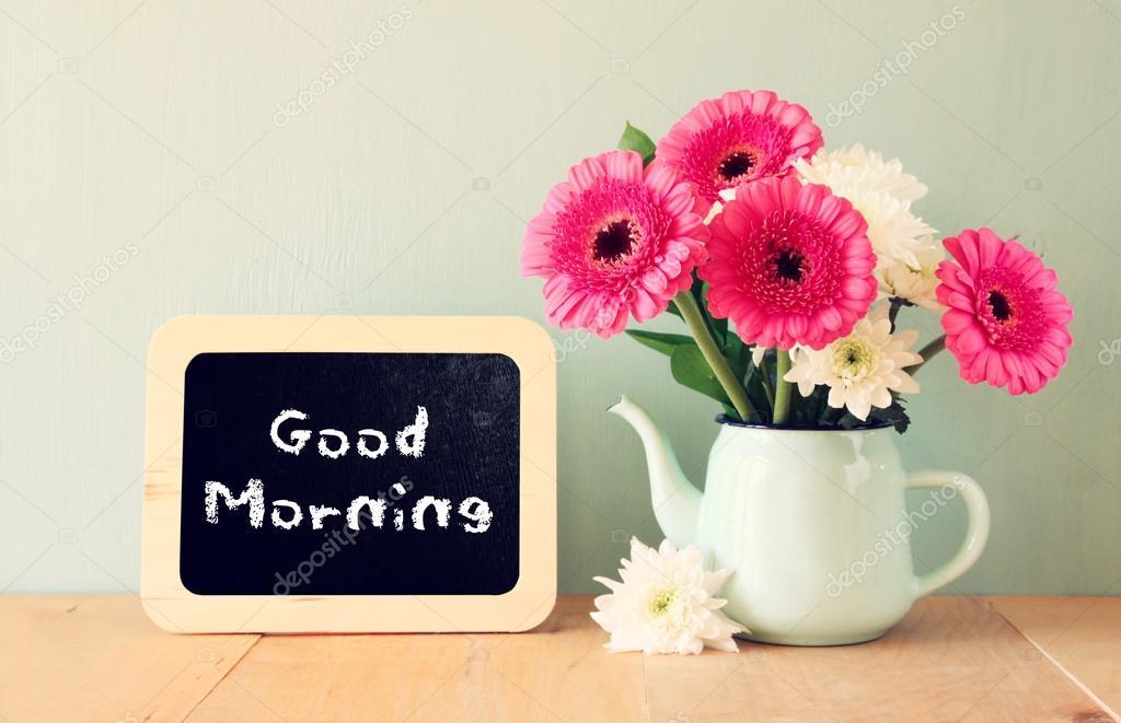 lavagna con il buongiorno di frase scritto su di esso accanto al vaso con fiori freschi foto. Black Bedroom Furniture Sets. Home Design Ideas