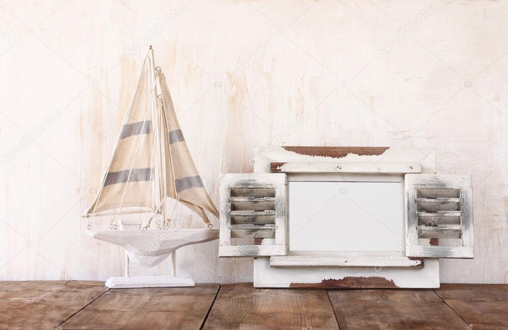 오래 된 빈티지 나무 흰색 프레임과 나무 테이블에 범선. 빈티지 ...