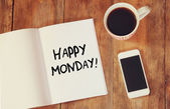Notebook s větou šťastné pondělí napsáno to, šálek kávy a chytrý telefon. filtrovaný obraz