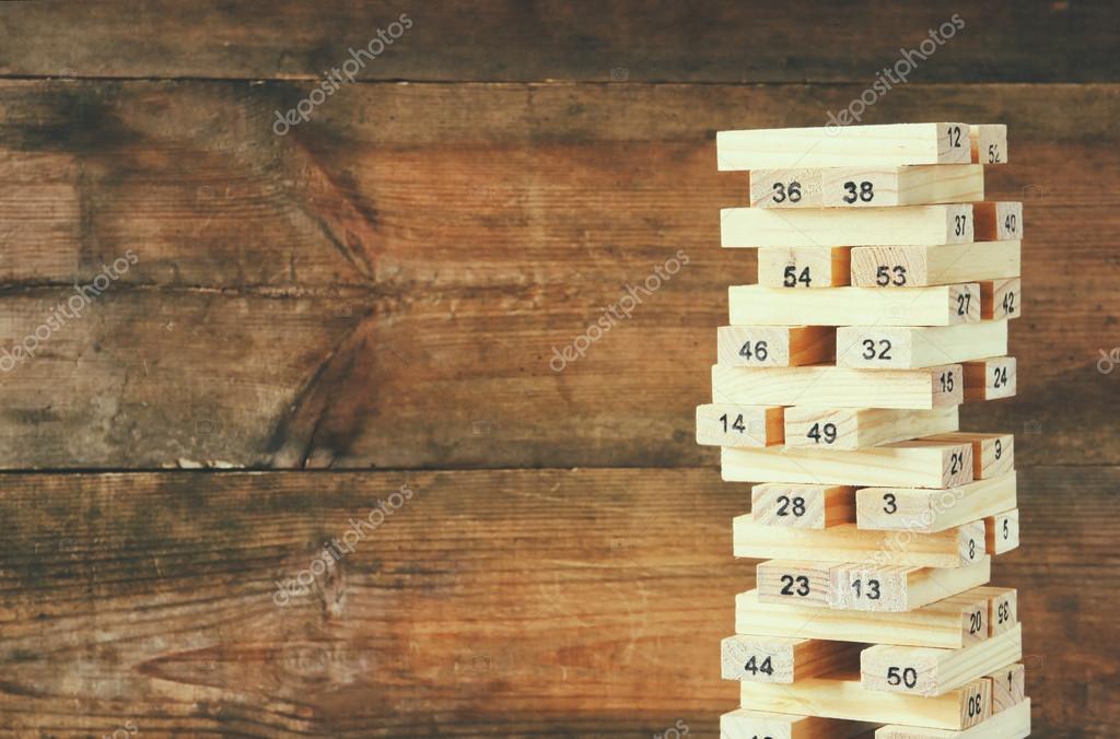 Parete Di Legno Cruciverba : Torretta di legno di blocchi di legno con i numeri su di esso