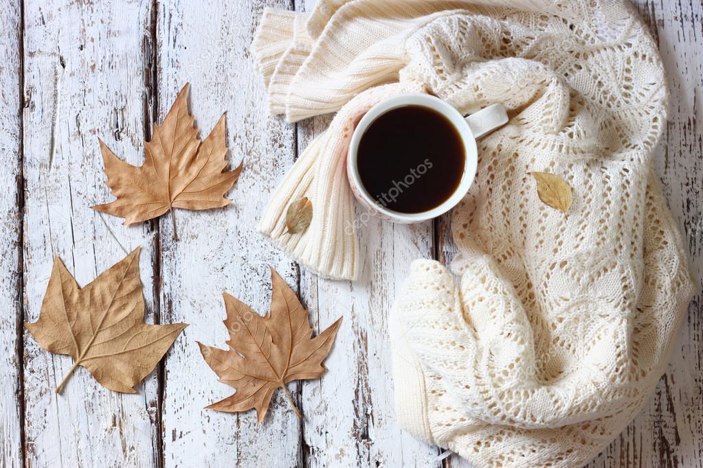 suéter con a taza de café y hojas de otoño — Foto de stock © tomert ...