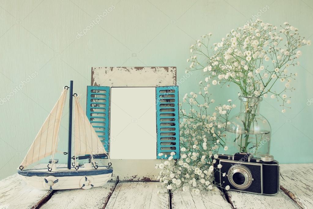 antiguo marco de madera vintage, flores blancas, cámara de fotos y ...