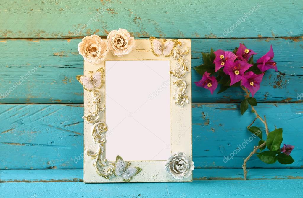 Vintage blanco marco junto a flores de hermoso color púrpura verano ...