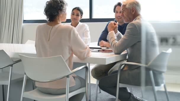 Donna di affari maggiore comunicano alla riunione