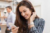 Žena chatování při práci