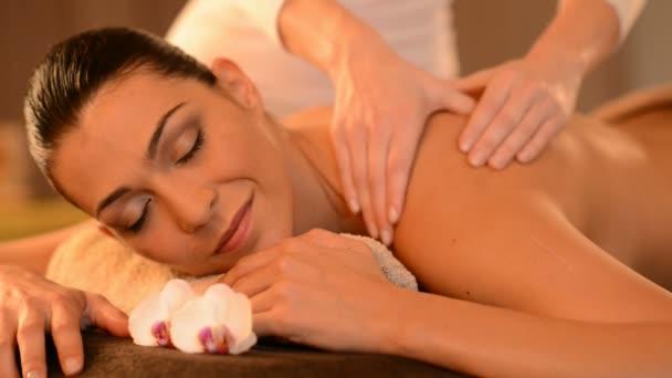 žena přijímá masáž zad