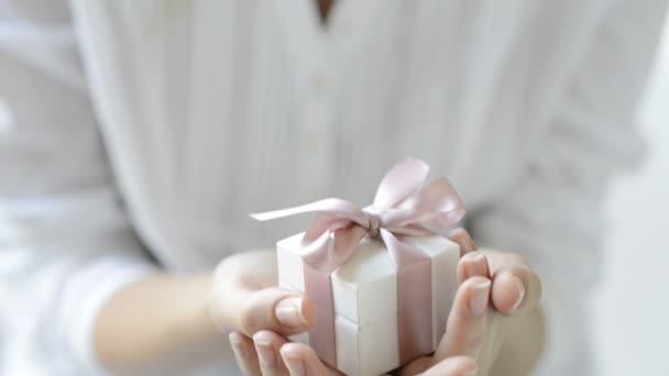 Frau hält Geschenkbox in Händen