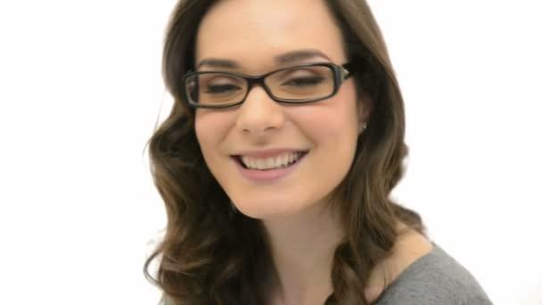fiatal nő visel szemüveget