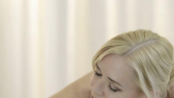 Frau, entspannend auf Massagetisch