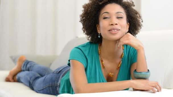 promyšlené mladá dívka leží na gauči