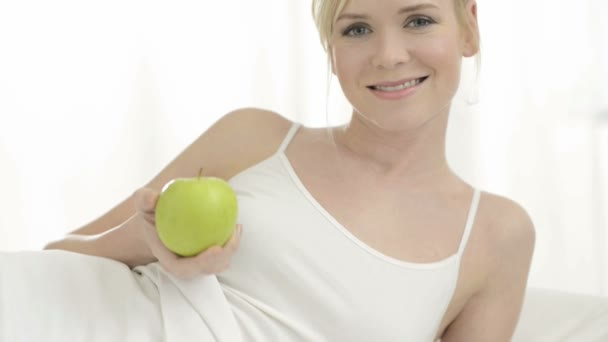 Žena jíst zdravé zelené jablko