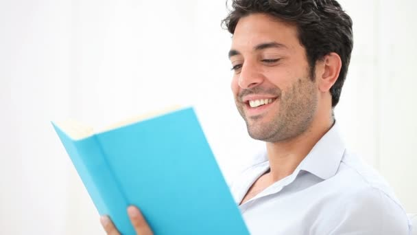 Az ember egy újszerű könyvet olvasott