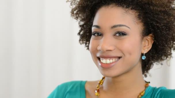 Szép, mosolygós afrikai nő