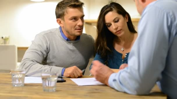 Paar spricht über den Finanzvertrag