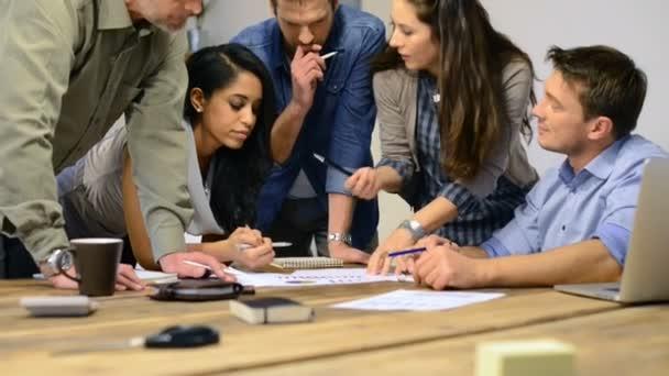 Podnikatelé a ženy dělají diskuse u stolu
